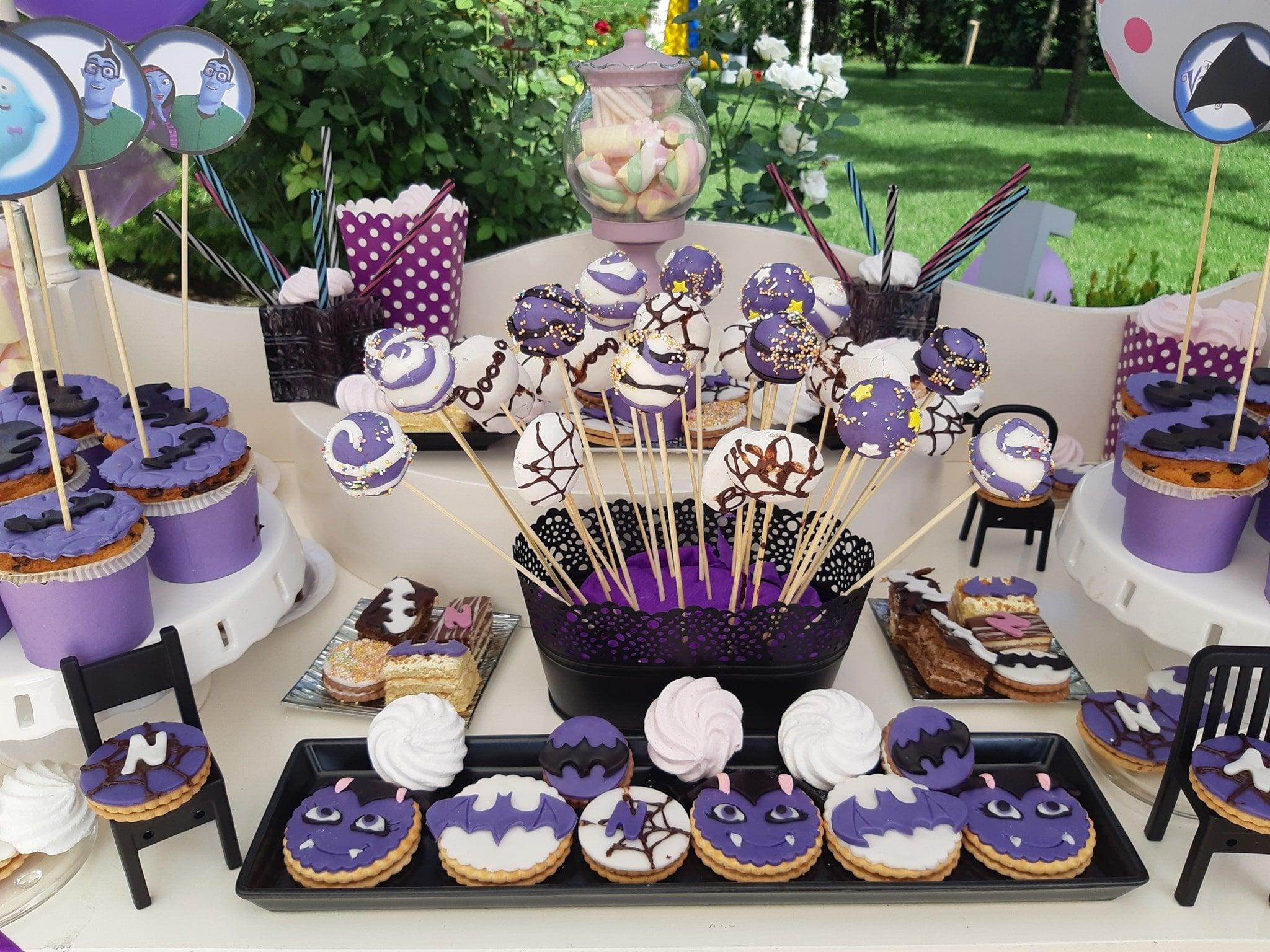 Un tort de nunta plin de orhidee, potrivit pentru o nunta